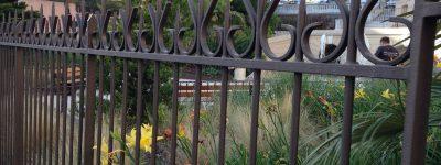 Clôture barreaudée avec pointes et volutes (Square Stalingrad, Hyères)